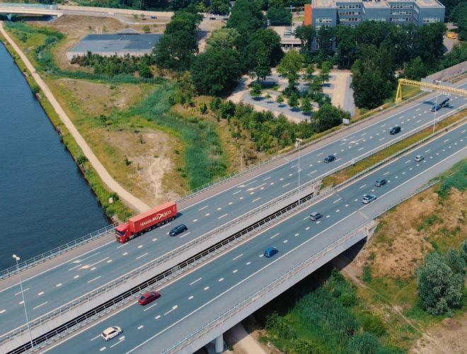 vrachtwagen rijdend over een snelweg vanuit de lucht
